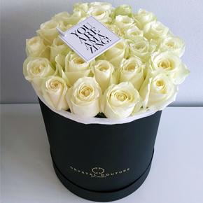 Белые розы в шляпной коробке 25 штук