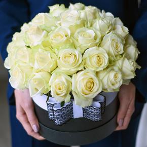 Белые розы в шляпной коробке 35 штук