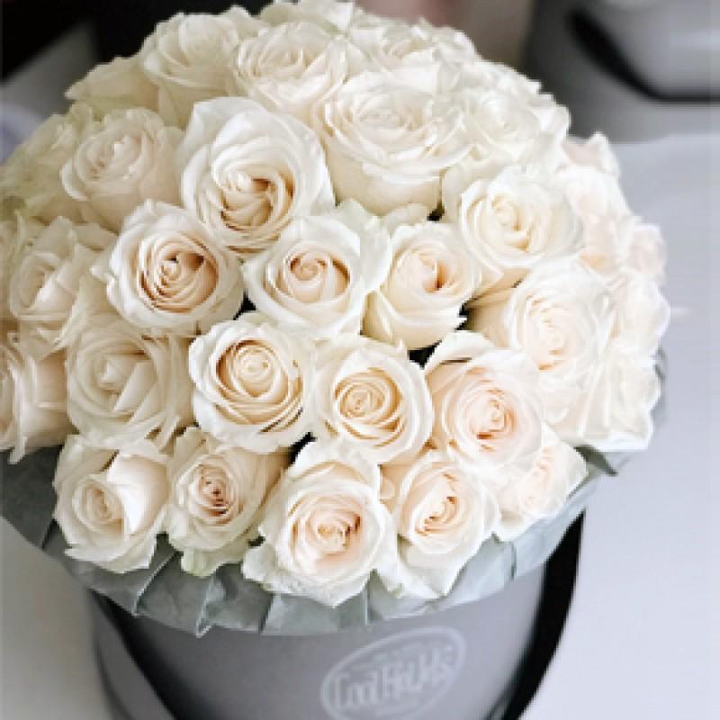 Белые розы в шляпной коробке 51 штука