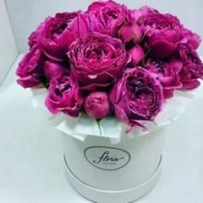 Пионовидные розы в шляпной коробке №1